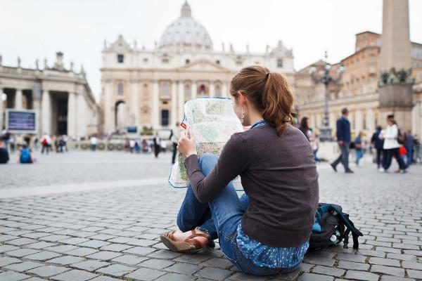 8 Tempat rahasia menyimpan uang ini bikin travelling jadi aman, top!