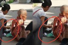 Orang ini tega banget biarkan bapaknya mengemis di pinggir jalan