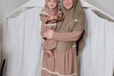 9 Potret lucu anak aktris saat memakai hijab, gemesin banget