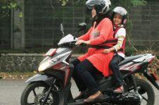 5 Cara orang tua membonceng anaknya naik motor ini bikin deg-degan