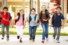 10 Hal penting ini sering dilupakan orang tua pas sekolah pertama anak