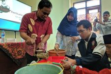 KKN Tim II UNDIP tahun 2019 adakan program pembuatan pakan ikan lele