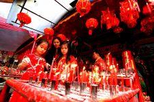 Perayaan Imlek identik dengan warna merah? Ini asal mula ceritanya