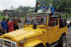 Unik, Nikah Bareng  di atas Jeep dengan mahar hand sanitizer