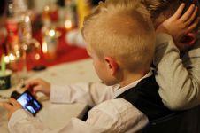 4 Cara mengalihkan perhatian anak agar tak kecanduan smartphone