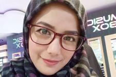 7 Potret Nadila, rekan duet Fathur yang makin kece pada usia 41 tahun