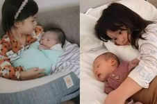 10 Potret anak balita seleb saat momong adik bayinya, gemesin banget