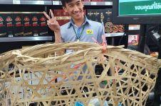 Anti kantong plastik, ini 6 potret kocak warga Thailand saat belanja