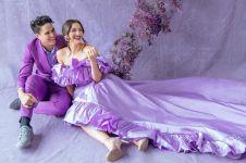 7 Photoshoot serba ungu Mischa Chandrawinata dan Angela Gilsha, elegan