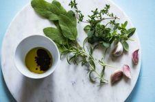 5 Fakta mineral oil dalam kosmetik, bermanfaat atau justru merugikan?
