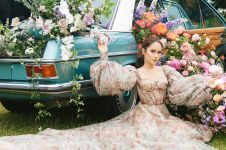 Photoshoot dengan konsep floral, ini 6 potret menawan ala Cinta Laura