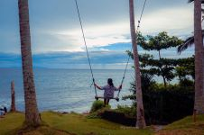 Berayun sambil menikmati keindahan pantai di Bali Chocolate Factory
