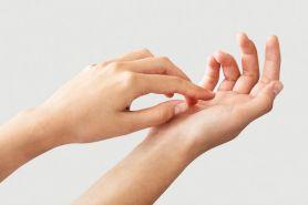 Biar gak terasa lengket di kulit, gini 4 cara memakai body lotion