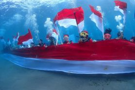 42 Penyelam lakukan parade Merah Putih di Pantai Malalayang
