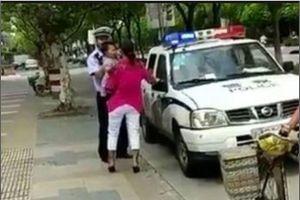 Video viral polisi banting ibu yang menggendong balita hingga terjatuh