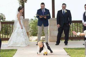 10 Tingkah kocak anak-anak di acara nikahan ini bikin geleng-geleng