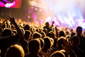 5 Fans penyanyi Indonesia paling loyal, hadir di setiap konser