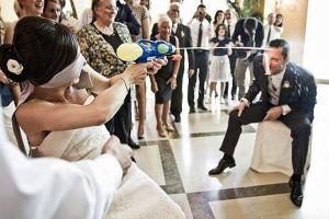 16 Foto pernikahan ini lucu abis, nggak ada romantis-romantisnya