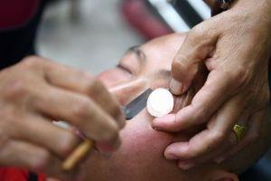 Gila, tukang cukur ini beri layanan perawatan mata dengan pisau