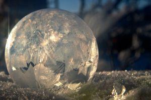 Fotografer ini bikin video gelembung es saat cuaca beku, keren banget