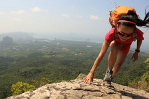 Potret 6 seleb cantik saat mendaki gunung, strong abis