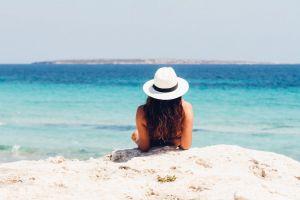 6 Tips anti-gosong saat liburan ke pantai, khusus cewek wajib baca!