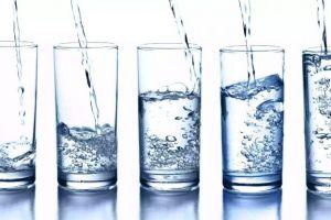 5 Manfaat mencengangkan minum air putih saat perut kosong