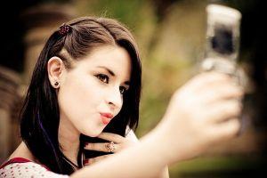 9 Gaya selfie kekinian tanpa pegang HP, sudah nyobain?