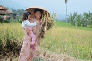 Penampilan Sarwendah saat panen padi di sawah, tetap cantik ya!