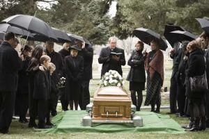 Bikin merinding, 5 orang ini menghadiri pemakamannya sendiri
