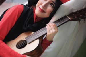 10 Potret memesona Elis Solihah, gitaris Sabyan Gambus