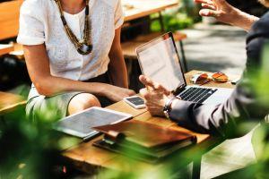 Alasan kenapa harus coba meeting di luar kantor
