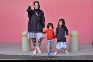 10 Pesona OOTD dari Dewi Fitri istri Melky Bajay, fashionable abis