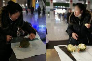 Ditolak masuk stasiun, wanita ini melahap semua durian yang dibawanya