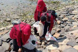 Sampah menjadi masalah serius yang dihadapi Pulau Gili Ketapang
