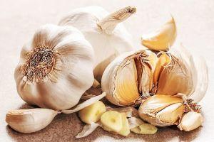 Begini 6 cara menyingkirkan bau mulut karena bawang putih