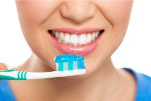 6 Cara mudah bikin gigi kuning jadi putih kembali, biar makin menawan