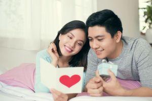 5 Hadiah pengganti cokelat & bunga yang romantis saat Valentine