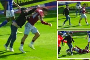 Dipukul penonton yang masuk lapangan, pemain ini malah cetak gol