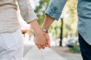 3 Alasan wanita menyukai pria yang umurnya terpaut cukup jauh