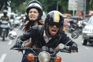 Tebak karakter pasangan melalui 5 sikapnya saat naik motor ini yuk