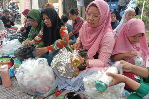 Ibu-ibu di Jember mengolah sampah plastik menjadi ecobrik