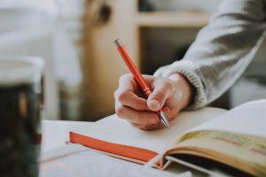 Menjaga kesehatan mental dengan menulis sebagai sefl-healing