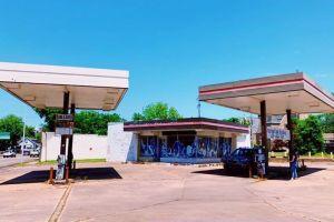 Para seniman ubah pom bensin terbengkalai jadi tempat kekinian