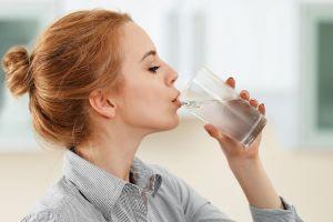 Berapa maksimal konsumsi air mineral dalam sehari? Ini penjelasannya