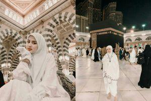 10 Potret Rosiana Dewi umroh, cantiknya natural banget
