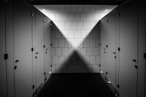 6 Alasan di balik pintu toilet yang tak sepenuhnya tertutup