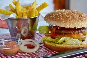 Sering makan junkfood? Ini 3 efek sampingnya terhadap siklus haid