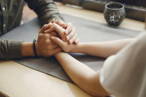 5 Cara menaklukkan hati pasangan yang overprotektif