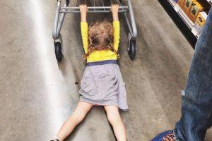 7 Tingkah anak kecil saat di pusat perbelanjaan ini bikin tepuk jidat